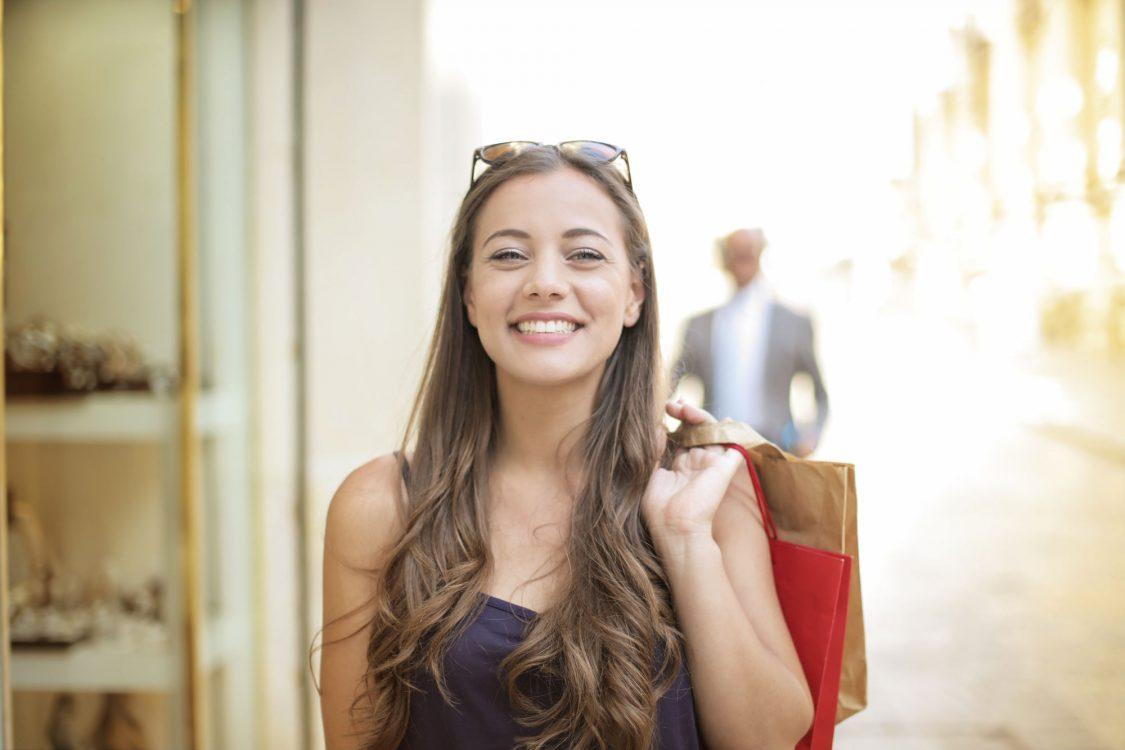Junge Frau strahlt nach professioneller Zahnreinigung